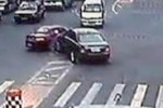 Cina, padre e figlio litigano a colpi di... auto: le scene