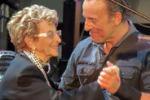 Bruce Springsteen balla sul palco insieme alla madre