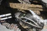 Ohio, auto viene inghiottita da una voragine: le scene