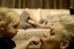 P!nk insiema alla figlia e al marito nel nuovo videoclip