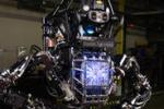 Cammina e alza oggetti: ecco il primo robot umanoide