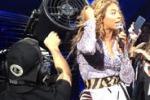 I capelli nel ventilatore: incidente sul palco per Beyoncé