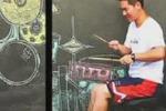 Batterista suona sul muro: il video fa impazzire il web