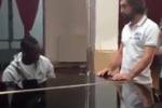 Mario Balotelli suona al pianoforte l'inno di Mameli