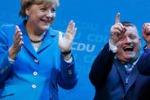 La Merkel canta e balla hit tedesca ma la band non ci sta