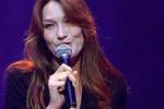 Carla Bruni dimentica la canzone durante un evento contro l'Alzheimer