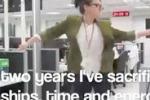 Il suo lavoro è troppo stressante: ragazza si licenzia ballando