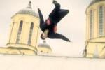 Campioni di parkour si esibiscono sui tetti di Sarajevo