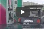 In Russia il benzinaio è anche... ballerino: le immagini