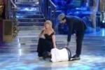 Incidente per la Oxa a Ballando con le Stelle: cade e si fa male