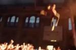 Cantante rap si lancia sui fans da 12 metri d'altezza: le immagini