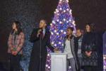 Casa Bianca, la famiglia Obama accende l'albero di Natale
