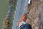 Base jumper si schianta contro la roccia e si filma