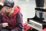 Chicago, pianoforte suona da solo nella Union Station