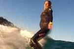 Surfista cavalca le onde al nono mese di gravidanza