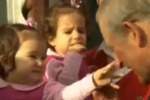 Arriva il principe Carlo, bimba inizia a giocare col suo naso