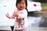 Sotto la pioggia per la prima volta: il video commuove il web