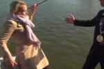 Giornalista cade in mare durante un'intervista