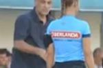 Complimenti al guardalinee donna: allenatore espulso