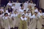 """Napoli, """"Happy"""" contagia Scampia: balla anche il parroco"""