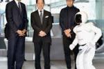 Obama in Giappone gioca a pallone con un robot