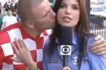 Mondiali, tifoso bacia una giornalista in diretta tv