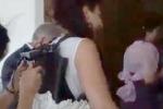 Sorpresa allo sposo, disabile in carrozzina si alza nel giorno delle nozze