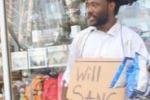 Canta per strada in cambio di cibo, passanti commossi