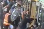 Pendolare resta incastrato: passeggeri sollevano la metro