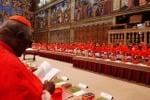 """Conclave, in corso il secondo scrutinio """"Irriducibili"""" sotto la pioggia a San Pietro"""