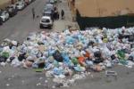 Stop alla raccolta rifiuti, caos a Lentini Gli spazzini: dateci stipendi e arretrati