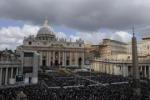 """Incredulità a piazza San Pietro: """"Ma è vero?"""""""