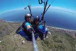 Il brivido di volare sopra la Sicilia Giù dall'Etna con il parapendio