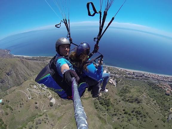 Il brivido di volare sopra la Sicilia Giù dall'Etna con il