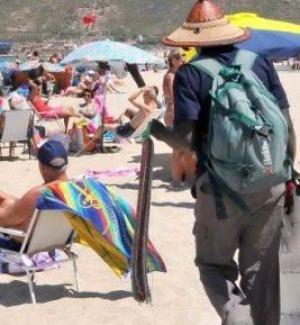 """Il piano """"Spiagge sicure"""" di Salvini: """"Multe a chi compra dai venditori ambulanti"""""""