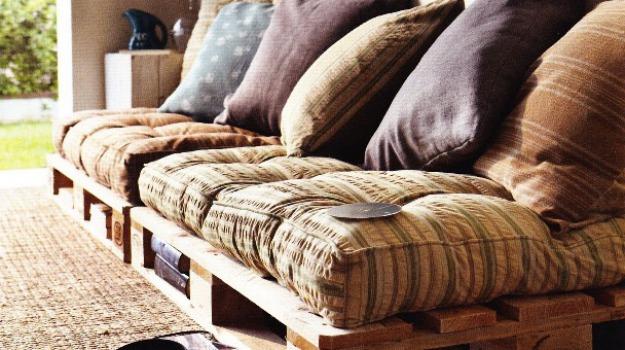 Arredamenti low cost con il legno Per divani e tavoli torna ...