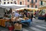 Caltanissetta, invasione di extracomunitari: il mercatino di Pian del Lago ormai allo sbando