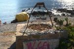 "Barcarello tra rifiuti e vandali, spunta la scritta ""Viva la mafia"""