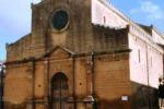 Le statue di Cristo e della Madonna restano fuori dalla chiesa a Castelvetrano