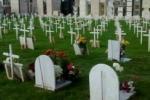 Raid vandalico al cimitero di Comiso «Con l'auto elettrica fra le tombe»