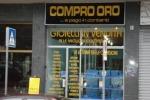 """Rapina al """"Compro oro"""", sequestrano titolare per tornare al negozio"""
