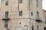 Via Vittorio Emanuele, crollo e paura a Caniccattì I calcinacci danneggiano solo auto