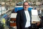 Don Stefano Nastasi lascia Lampedusa Il «suo» popolo lo saluta su Facebook