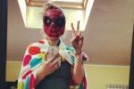 Maschera e mantello da supereroe La singolare prova costume di Emma