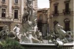 La fontana di Diana invasa dalla schiuma