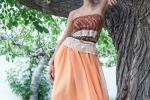 Colorati, fantasiosi e informali L'ora degli abiti-foulard in Sicilia