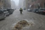 Genova, si scava nel fango: cittadini contro il sindaco