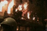 Grecia, via libera all'austerità: ma intanto Atene brucia