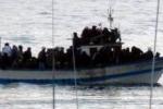 Fermato un barcone con 115 migranti al lago di Catania