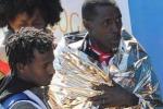 Nuovi sbarchi a Lampedusa, un immigrato accoltellato